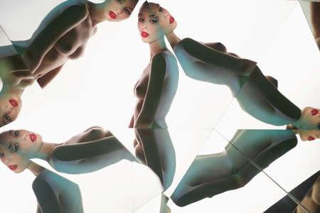 joven y bella mujer con maquillaje conceptual aislado sobre fondo blanco. Pose de modelo bonita en caleidoscopio. Retrato artístico con espejos. Fotografía de colorido conceptual. Estilo de moda