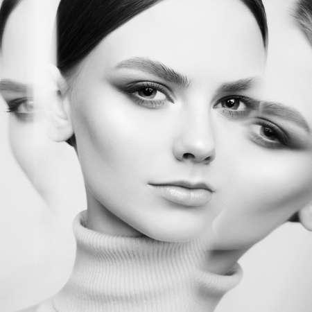 Morena hermosa joven. Retrato de mujer. Modelo atractivo con peinado de estilo clásico. Chica guapa con maquillaje profesional y peluquería. Foto de archivo