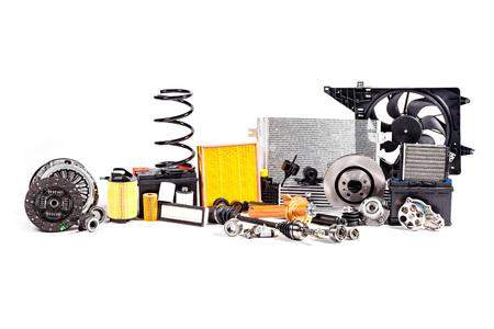 Nuove parti metalliche inutilizzate per la riparazione del veicolo isolate su bianco.