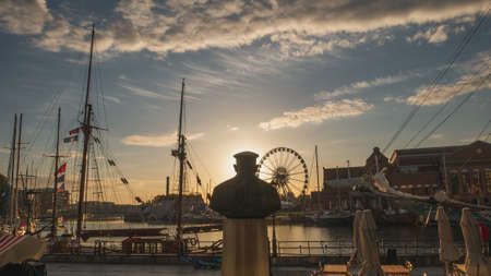 Baltic Philharmonic in Gdansk and statue at sunrise. Фото со стока