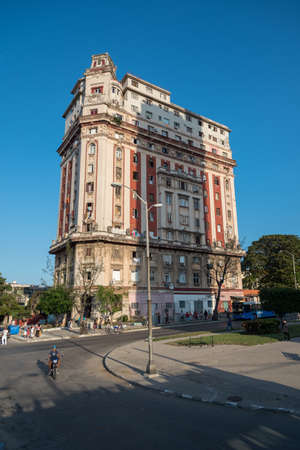 Residential building in the neighborhood of Vedado. A building that is in remodeling conditions like most in the city. Havana. Cuba. January 2, 2019 写真素材 - 150569583