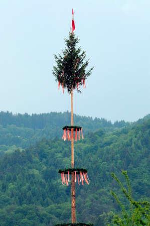 在奥地利山的传统maypole