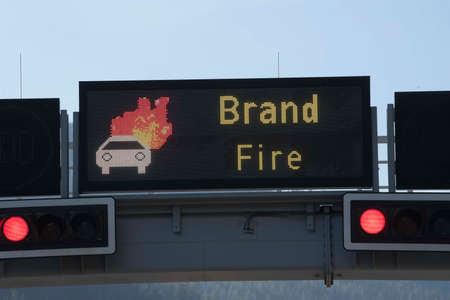 burning car animation on a screen on the highway, red traffic lights Stockfoto