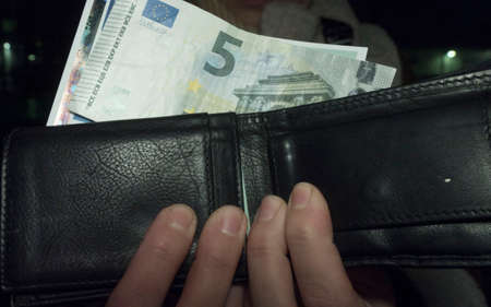 person holding wallet with banknotes in it, five euro banknotes 版權商用圖片 - 147918404