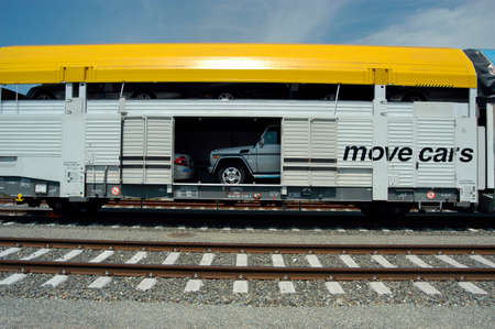 the transport of cars by rail with the cargo train Imagens