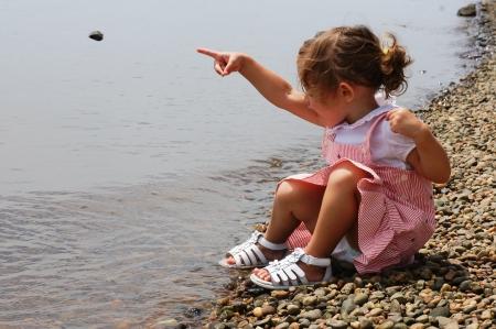 playing with baby: ragazza carina sta scoprendo la natura Archivio Fotografico