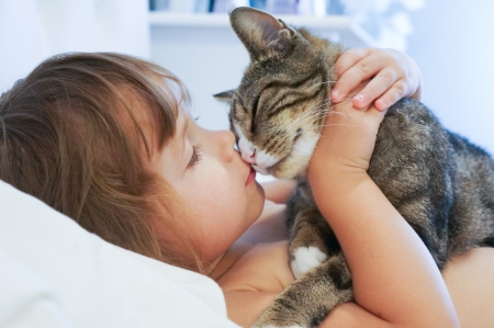 love kissing: baby girl and the kitty Stock Photo