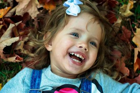 bebes lindos: linda niña en el bosque Foto de archivo