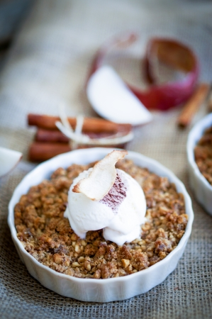 apple crumble: apple crumble with ice cream