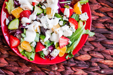 Fresh salad with arugula, spinach, strawberry, orange and blue cheese Imagens
