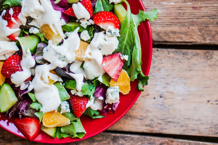 Fresh salad with arugula, spinach, strawberry, orange and blue cheese 版權商用圖片
