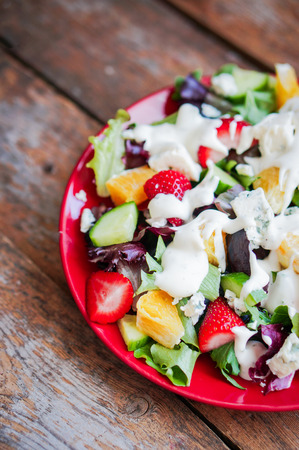 Fresh salad with arugula, spinach, strawberry, orange and blue cheese Zdjęcie Seryjne - 57557494