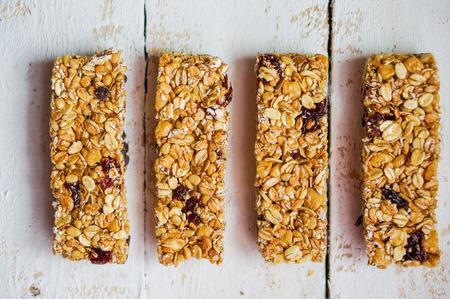barra de cereal: Granola bar en el fondo de madera