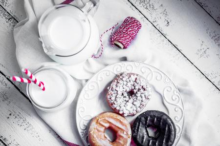 chocolatería: donuts con leche Foto de archivo