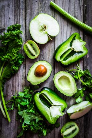 ensalada verde: Mezcla de verduras y frutas en el fondo r�stico