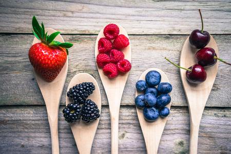 木製の素朴な背景の果実