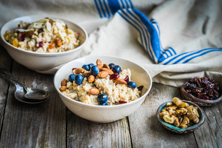 Oatmeal with berries and nuts Stockfoto