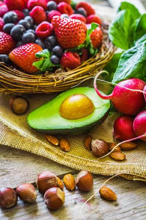 l�gumes verts: Fruits et l�gumes sur fond rustique