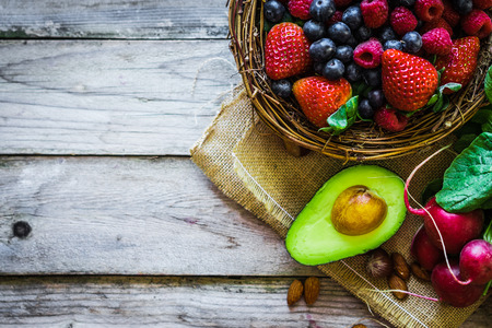 aliment: Fruits et légumes sur fond rustique