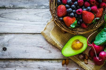 comidas saludables: Las frutas y verduras en el fondo r�stico