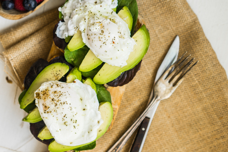 poach: Healthy sandwich with avocado and poached eggs