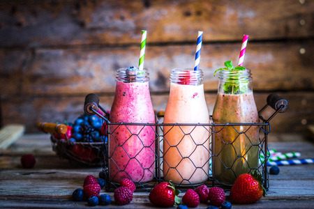 Strawberry smoothie: Frullati freschi Archivio Fotografico