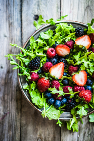 Green salad with arugula and berries Stok Fotoğraf - 38546488