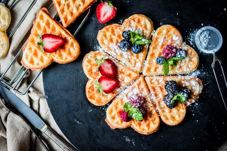 Coeur gaufres avec fruits Banque d'images - 39509970