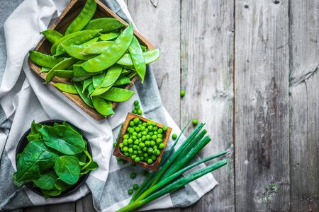 verduras verdes: Los vegetales verdes sobre fondo de madera