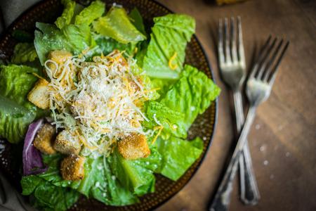plato de ensalada: Ensalada César en el fondo rústico