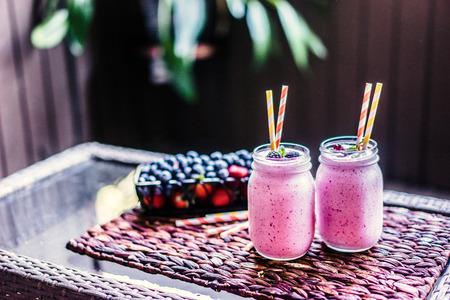 batidos de frutas: Batidos de bayas frescas en tarros de cristal