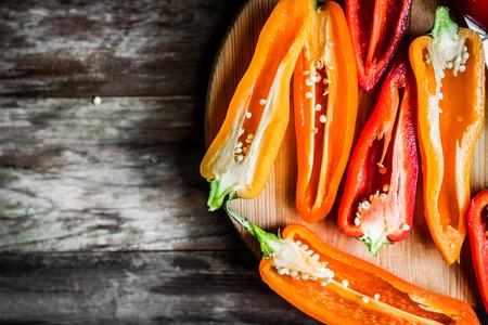 alimentacion sana: Pimientos de colores sobre fondo r�stico