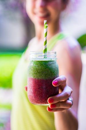 Fitness meisje met kleurrijke smoothie