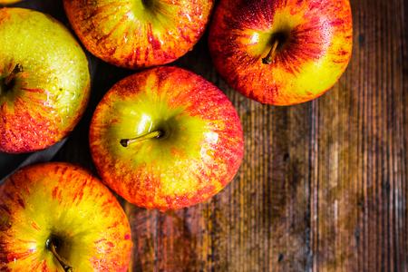 목조 배경에 화려한 사과