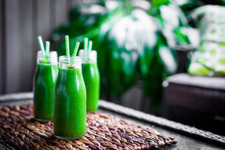 Frische grüne Smoothie im Freien Lizenzfreie Bilder
