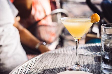 alimentos y bebidas: al aire libre cóctel en el restaurante Foto de archivo