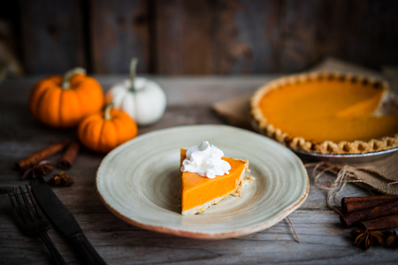 Pumpkin pie on rustic wooden background Imagens