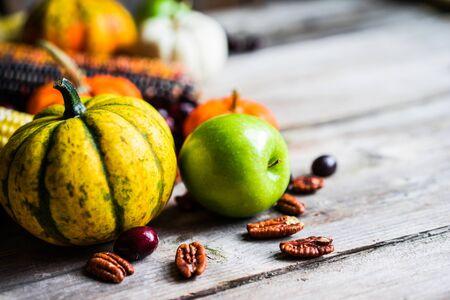 호박, 옥수수, 사과, 견과류와 크랜베리 목조 배경