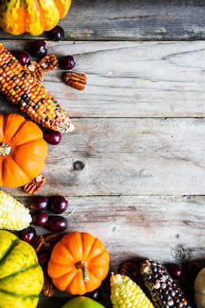 dynia: Dynie, kukurydza, jabłka, orzechy i żurawiny na drewnianym tle