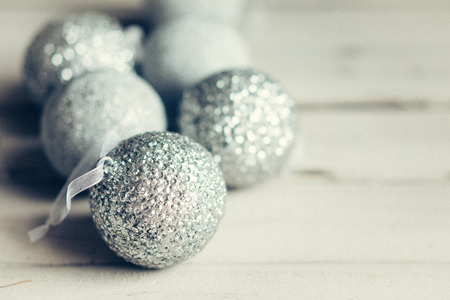 소박한 나무 배경에 크리스마스 장식품