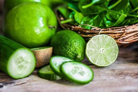 manzana verde: Mezcla de frutas verdes y verduras en el fondo de madera rústica