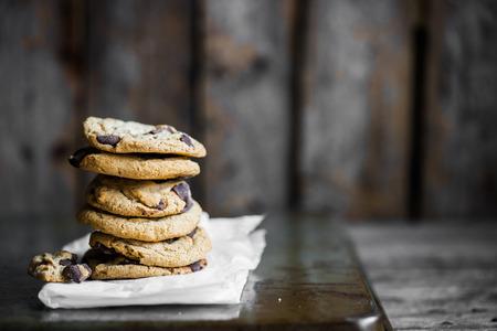 Chocolate chip cookies op rustieke achtergrond Stockfoto