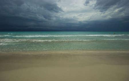 空のトロピカルビーチ。嵐の空。背景。