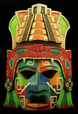Máscara Maya de madera sobre un fondo negro Foto de archivo