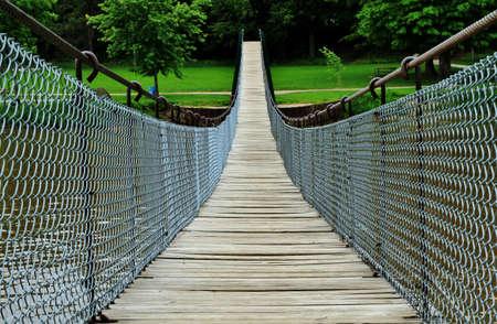 De langste swingende voetgangersbrug in het Midwesten, wenkt de avontuurlijke wandelaar om het eens te proberen Swinging Bridge Park Croswell, Michigan