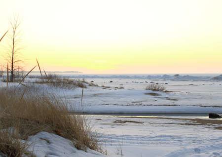 Grote Meren Tundra Een koude winderige winter strand kijken over een bevroren Lake Huron horizon Port Crescent State Park Port Austin, Michigan
