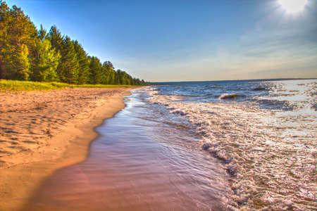 De zon schijnt als golven op een gouden strand Whitefish Bay ToneelByway Brimley, Michigan