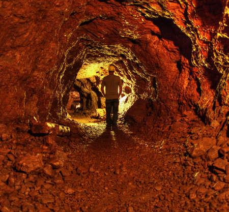 이제 Keewenaw 국립 역사 공원의 일부를 포기 델라웨어 구리 광산의 동굴을 탐험 광부 모자 생활 지하 남자, 스톡 콘텐츠
