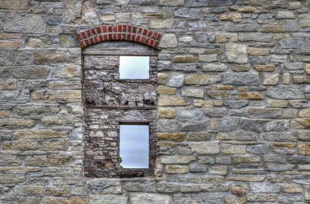ウィンドウを別のウィンドウに石の壁の窓から見るファイエット ファイエット州立公園、ミシガン州ファイエットのゴーストタウンにあります。