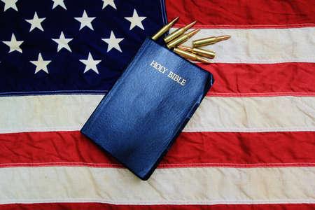 God, Guts en Glory King James Bijbel omringd door kogels met Amerikaanse vlag als achtergrond